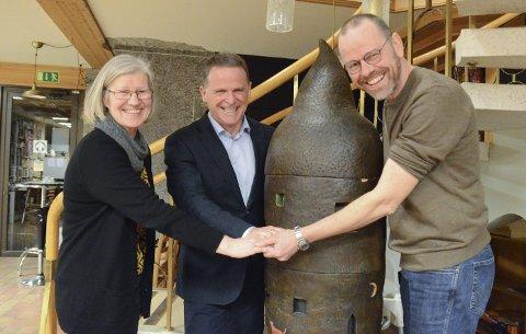 Samarbeid: Tom Rasmussen, har no overlate kunstsamlinga i bankbygget på Utne, inkludert Ingunn van Ettens sin skulptur Eventyr, til Hardanger kunstlag. Johild Mæland og Åsmund Aarvik tek i mot.