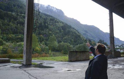 Skylift: Roald Aga Haug ved det planlagte startstedet for pendelbanen til Rossnos.