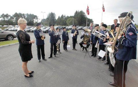 KULTUR FOR KULTURMINISTEREN:  Kulturminister Thorhild Widvey hilser på Torvastad skolekorps