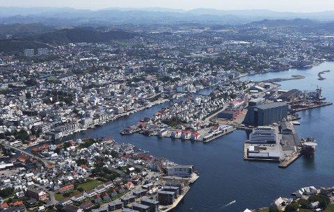 Hver måned:  Den landsomfattende boligprisstatistikken som kommer hver måned tar med Haugesund (bildet), Stavanger og Sandnes av kommuner i Rogaland.  I tillegg Rogaland utenom de tre, og Rogaland som helhet. Flyfoto: Aerophoto
