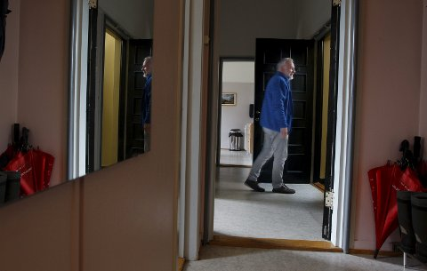 GÅR UT DØREN: Fredag forlot Kjell Einar Bergsager kontoret sitt på rådhuset i Haugesund for siste gang, etter 43 år som ansatt i Haugesund kommune. Nå blir han pensjonist. foto: Harald nordbakken