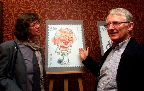 Her viser Finn Graff resultatene av et tidligere oppdrag for posten, nemlig å tegne store skuespillere til en frimerkeserie i 2001. Her revystjernen Lalla Carlsen.