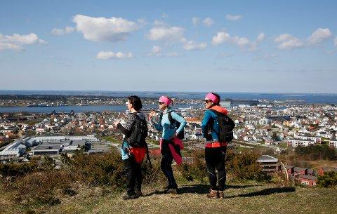 TRADISJON: Turgåerne Annette Helland (t.v.), Margot Fitjar og Mariann Bukkøy underveis i Haugesund på langs i 2017.