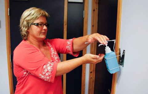 BESØKSKLAR: Enhetsleder Eli Kristoffersen ved Udland omsorgssenter gjør nå klart til at pårørende igjen kan besøke beboerne. Fotoet er fra 2009, da svineinfluensaen herjet.