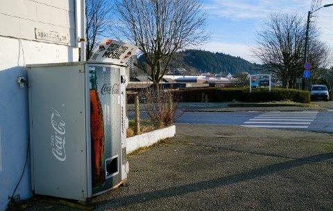 MØTEPLASS: På dette hjørnet, ved brusautomaten vis-a-vis Vardafjell videregående skole, ble amfetamin overlevert kjøperne.