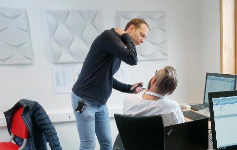 DRIVER SMITTESPORING: Kommuneoverlege Jostein Helgeland fikk fem nye smittetilfeller i fanget. - Hva som skjer videre er uvisst, sier han.