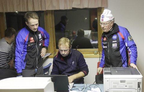 TIDTAKER: Stian Skogsaas, Arne Ove Holmen og Anders Aufles holder orden på tidtaking og resultater i Åsan Rundt.