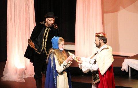 det er når julestjernen begynner å lyse i Sonjas hender, at Kongen forstår at hun ikke er Sonja, men Gulltopp. Bak står en forbauset Greve.
