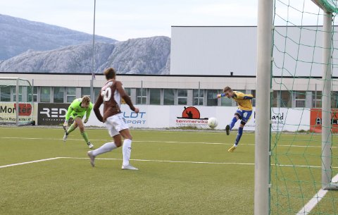 Her scorer Markus Guttormsen tidlig i første omgang etter at han har passert Mo-keeper Vegar Rabliås. SIL vant 2-0 på Stamnes Arena over Mo IL. Foto: Jill-Mari Erichsen