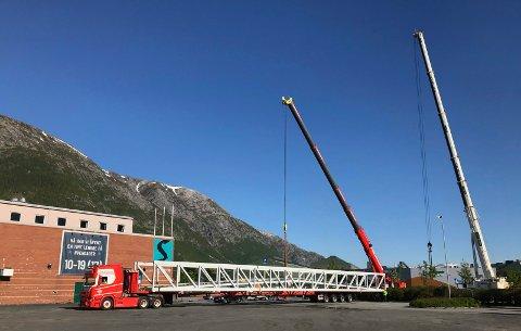 Den nye brua over Skjerva ved Sjøsiden Senter kommer på plass i løpet av dagen. Gangbrua over Skjerva vil koste 10 millioner kroner ferdig bygd. Foto: Per Vikan