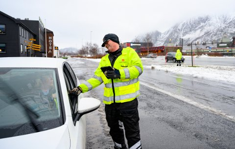 - I dag har vi gjennomført ordinær trafikkkontroll. Da sjekker vi alt fra bilbeltebruk, lys, bremser og dekktilstand på personbiler, sier Frode Johansen, senioringeniør for Statens Vegvesen.
