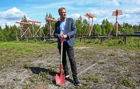 I juni tok konsernsjef i Avinor, Abraham Foss, sitt første spadestikk på den nye flyplassen. Nå har konsernet satt dato for anbudskonkurransen.