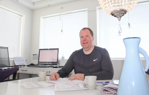 HJEMMEKONTOR: Nils Asgeir Samuelsen driver sammen med to andre byggebistandsfirmaet BTEK DA.