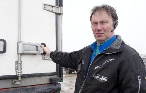 OPPFORDRER: Jan Nylund forklarer at de ikke har noen liv og miste.