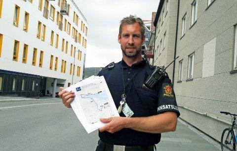 INFORMERER: Innsatsleder Anders Bjørke-Olssen har her tidspunktene for veistengningene i hånda, og ønsker å informere folk om tidene.