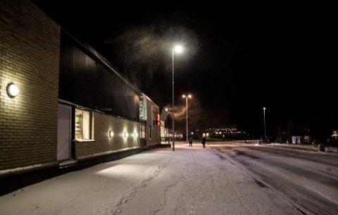 MYE VIND: I Vadsø ble vinden mandag målt til opp mot 18 meter i sekundet. Verst var det i Vardø hvor vinden var opp i 22 meter i sekundet. Bildet er tatt utenfor Coop Extra i sentrum.