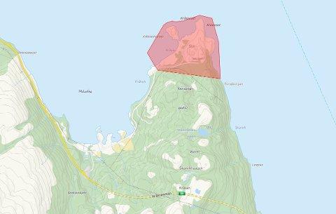 Politiet har innført ferdselsforbud i området (merket med rødt) foreløpig fram til kl 15.00 torsdag med mulighet for utvidelse.