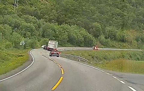 Forbikjøring: Her ser man at det ligger tre biler i bredden.