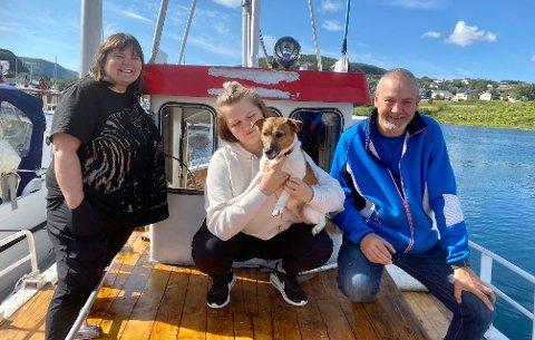 ARBEIDSMAUR– Vi er noen arbeidsmaur, så det kommer nok ikke til å ta lang tid å sette båten i stand, forteller, Wenche, Emma og Frank-Egil Reinland.