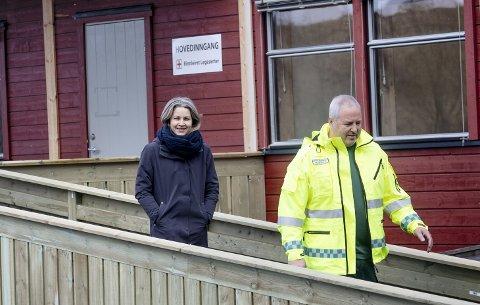 HOLD AVSTAND:  Kommunelege Guri Falch i Inderøy ber alle innbyggere i Inderøy om å ta de nasjonale smittevernsreglene for avstand og antall nærkontakter innover seg. Her med daglig leder Peter Daniel Aune ved Rinnleiret legesenter.