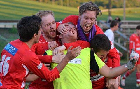 Kristian Lillebo blir omringet av sine lagkamerater etter scoringen.