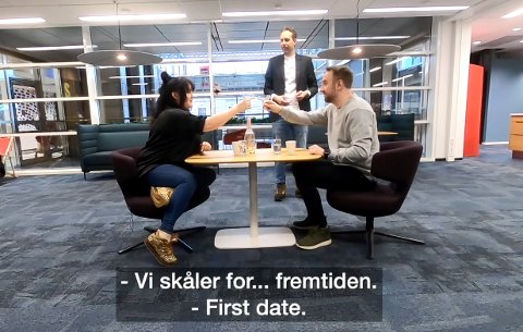 DATER PÅ TV: Anniken Holmsen er på date med Bernt Hulsker i den nyeste episoden av «Foppall» på VGTV. Morten Ramm er servitør under daten i VGs redaksjonslokaler.