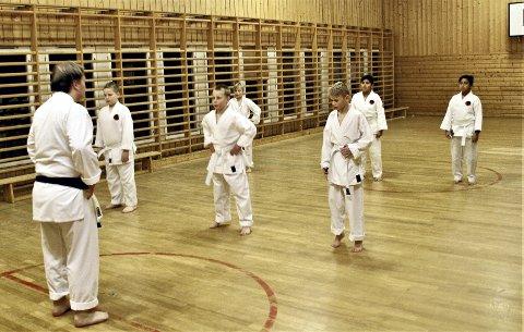 Øvelser på parketten: – Rekruttene i Holmestrand karateklubb har holdt på cirka et halvt år, og var nylig gjennom sin første gradering. Mye handler om koordinering av bevegelser den første tiden, sier trener Hans Frydenberg. Foto: Arne Vidar Stølan