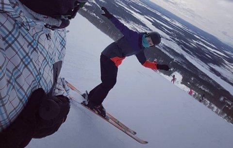 SLALÅMDRØM: Liza Vasilieva trives godt i skibakken i Finland. Her er hun sammen med søsteren sin, som tar bildet.