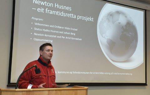 Formannskapet vil løyva 100.000 kroner til eit forprosjekt for Newton-rom. Her frå då personalsjef ved Hydro Husnes, Eivind Torvik, presenterte prosjektet i februar.