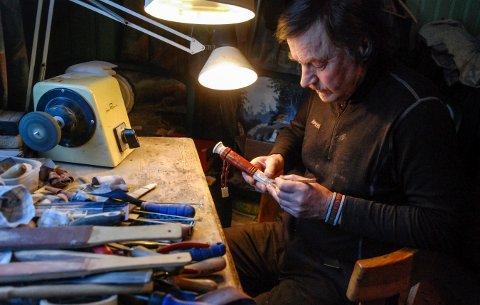 TRAVELT: Det er snart tid for marken og Egil Henriksen gjør seg klar til kniv- og klokkemarkedet på Bergverksmuseet.