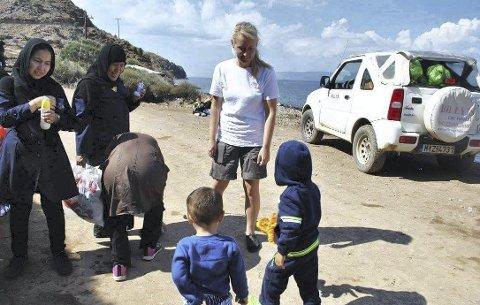 SPESIELT OPPTATT AV BARNA: Tina Langtangen har hjulpet flyktninger både på Lesvos og i Bekaadalen i Libanon. Etter at hun fikk barn selv, har hun hatt et ekstra stort ønske om å hjelpe barna.  Her er hun på Lesvos i september 2015.foto: Privat