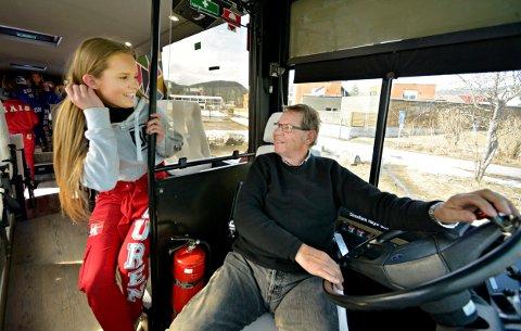 """En bussjåfør, en bussjåfør, det er en mann med godt humør. Olaf Ellefsen synes bare det er hyggelig å være russebussjåfør, men får ikke """"lov"""" til å kjøre på fulltid. Her sammen med barnebarnet Louise Guren (19)."""