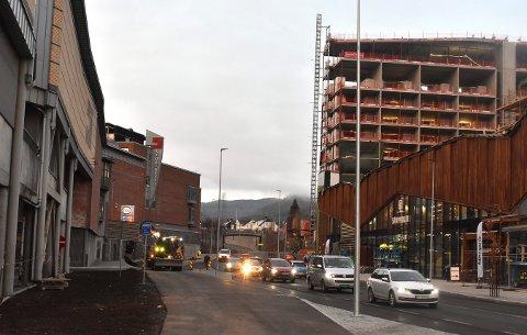 TAR TID: Det er foreløpig usikkert når gangbrua mellom Stortorvet og Sølvparken åpnes for publikum. Kanskje først til sommeren.