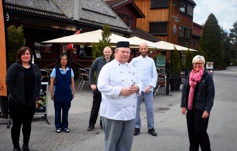 Lampeland hotell har mottatt lønnskompensasjon for 46 permitterte. Her fra da flere av dem var tilbake på jobb i mai. Fra venstre: Ingunn Grøslie, Amporn Sorenlarm, Pawel Pronobis, Øyvind Nordskog, Belagoja Vujanic sammen med Kari Tveiten, daglig leder.