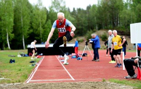 SUPERVETERAN: 84 år gamle Knut Henrik Skramstad sikret seg sitt NM-gull nummer 150 i helgen. FOTO: OLE JOHN HOSTVEDT