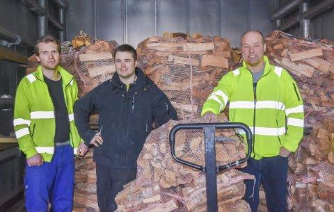 Snart klar: Veden som har ligget til tørk i en snau uke er snart klar til utkjøring. F.v.: vedutkjører Audun Steingrimsen, vedsjef Albert Carlsen og avdelingsleder for vedproduksjonen Arne Røed.