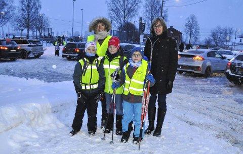KAOS: Her er Olai, Jonas og Christian på vei til skolen – midt blant biler og busser. FAU-leder Kristin Hovland Marfi og nestleder Merete Flaten Lie ønsker løsninger på kaoset. FOTO: Guro H, Torgersen