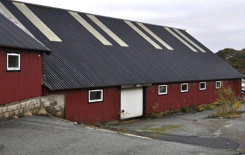 Servicebygg og garasje: Det gamle industribygget i Åvika gis nå i gave til Kongstind Alpinsenter. Om alt går etter planen skal det leve videre som servicebygg og garasje for alpinklubben, forteller Trygve Bjørgaas (innfelt).FOto: Kristian ROthli