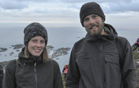 På oppdrag: Svenja Beller og Roman Pawlowski fra Tyskland er på rundreise i Skandinavia for å skrive bok. Foto: Sander Lied Edvardsen