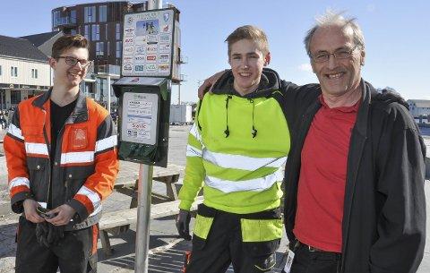 Gratis hundepose: I april i fjor fikk  F.v. Eskil Dahl Olsen og Joakim Haugen jobben med å skru opp de 15 stasjonene med gratis hundeposer rundt om i kommunen . Foto: Øystein Ingebrigtsen