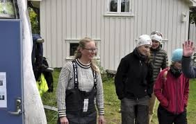 SKEPTISK: Therese Amalie Holtan Larsen i Aqua Lofoten Coast Adventure på Reine er skeptisk til forslaget i hjemkommunen om forbud mot at utenlandske turister skal få ta med seg fisk hjem.