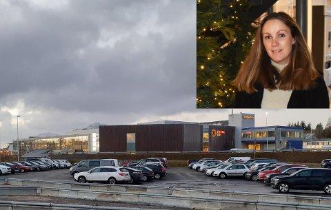 Senterleder Kjersti Fossåskaret Krüger Eltoft (innfelt) har nå ekstra vakthold i senteret for å sikre godt smittevern. Fredag ettermiddag, på black friday, er det fullt på både senterparkeringa, fjerde armen-pakreringa og det begynner å komme biler på skoleparkeringa.