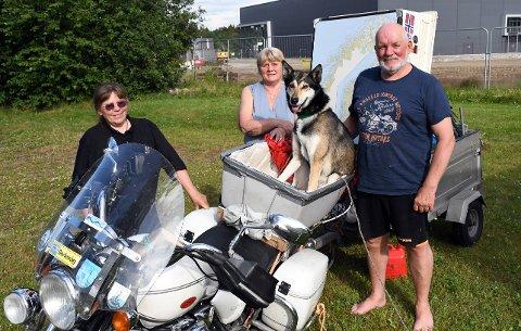 EN HUND ETTER MC: Huskyen Hårek (5) har 40.000 kilometer på MC sammen med matmor Trine Bakke (60) (t.v.). Her på tur sammen med venneparet Marit Statton (62) og Gunnar Martinsen (67).