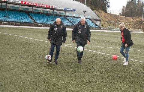 MANGE BALLER I LUFTA: Jan Ove Pedersen, Karl Igland og Viviann Silseth har mange baller i lufta foran starten på arbeidet med å planlegge en enda bedre Lyngdal Cup i 2021. Bildet er tatt etter at opplegget for cupen som måtte avlyses i år var klart.