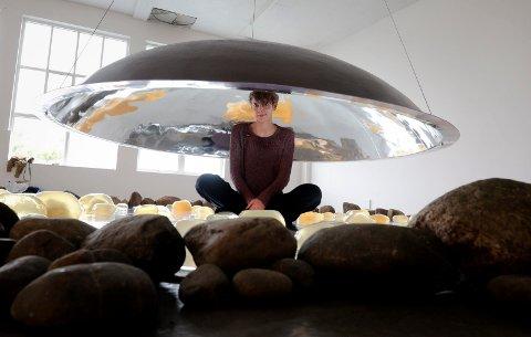 MOMENTUM: Kunstneren Sonja Bäumel har laget en installasjon det går an å krype inn i.