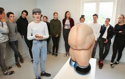 GUFFENT: Patricia Piccininis skulptur er guffen, det er både blikkåpner Aurora Flesjø (i midten) og de andre elevene på Kirkeparken enige om. Men samtidig får den deg til å tenke.