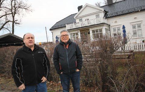 TIL SALGS: Asle Inderdal og Ya Ming Yuen i Øre Eiendom ønsker å kvitte seg med Øre Villa Kro-bygningen og tomteområdet rundt. Prisnivået vil ligge rundt 35 millioner kroner.