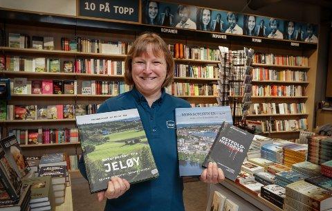 PÅ PALLEN: Butikksjef Anne Karin Bøe hos Norli Amfi Moss med de tre lokale bøkene som selger best i juleinnspurten.
