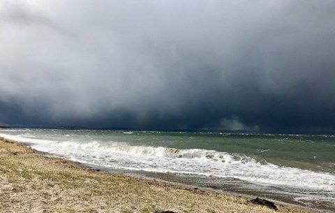 Det vil blåse godt på sjøen ved Moss i kveld, varsler meteorologene. Bildet er tatt på Resnesstranda ved en tidligere anledning.
