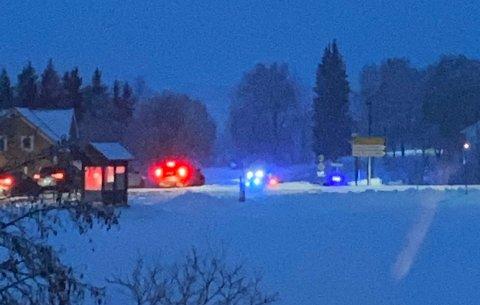 HAVNET UTFOR VEGEN: En bil endte opp i en bekk etter å ha kjørt av vegen i Overhalla søndag kveld.